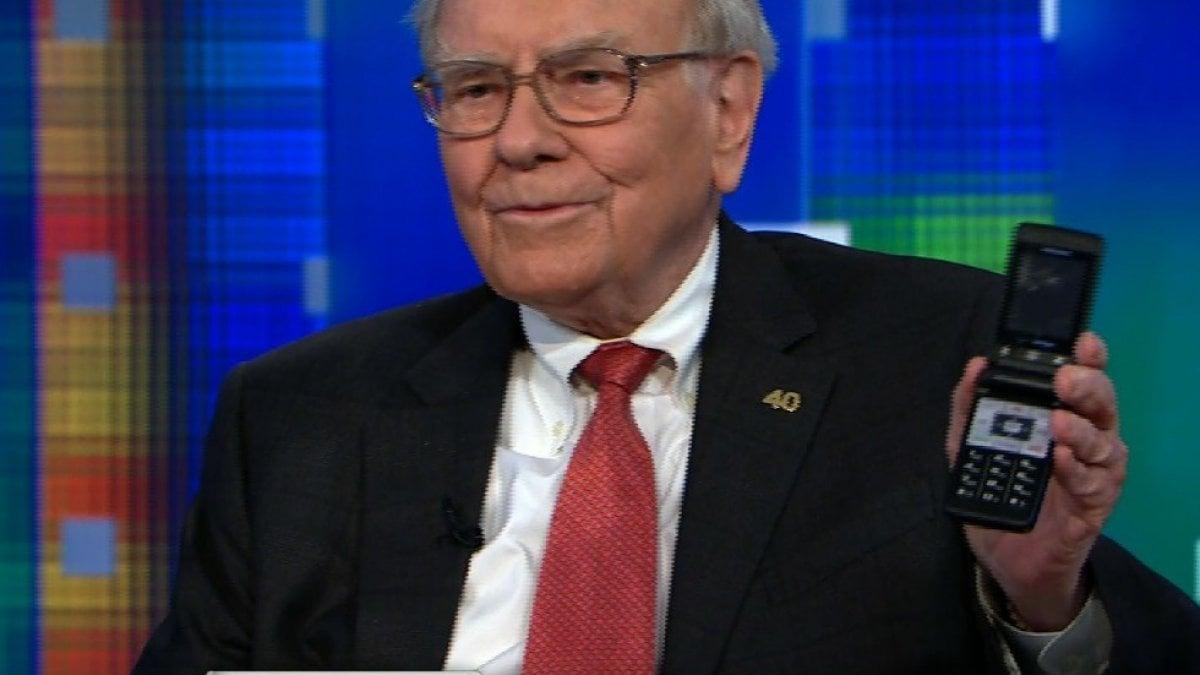 Il telefono vintage di Warren Buffett si rompe e l'azionista di Apple inaugura uno smartphone