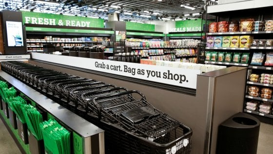 Amazon Go, apre il supermercato a Seattle: cibo fresco, senz