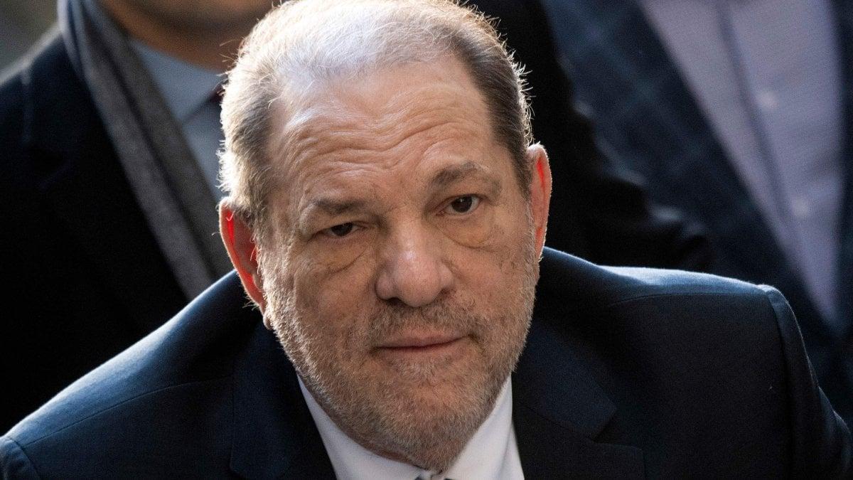 Harvey Weinstein condannato per stupro, si sente male. Ricoverato