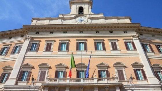 """Crolla il mito delle """"S"""": agli italiani interessa la politica"""