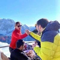 Salvini posta una foto in cui stringe la mano a Totti. E i social si scatenano