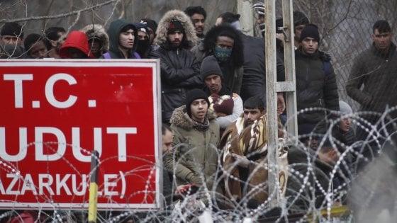 """Scontri al confine Turchia-Grecia, i profughi siriani respinti con i gas lacrimogeni. Onu: sono """"almeno 13mila"""""""