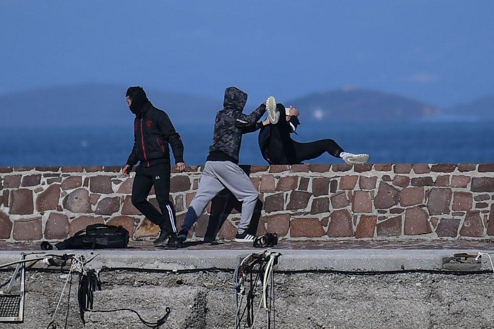 Grecia, Lesbo, un gruppo di abitanti dell'isola respinge un gommone di migranti dalla banchina e aggredisce i giornalisti
