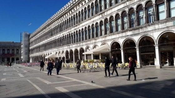 Coronavirus, Venezia: in piazza San Marco i caffé offrono l'aperitivo