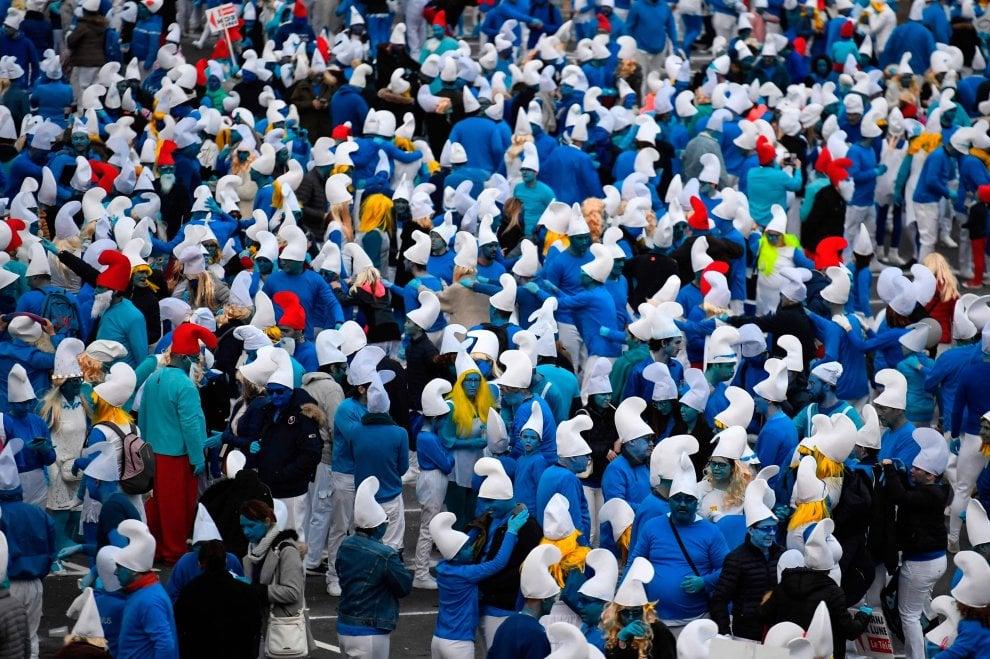 """Coronavirus, in Francia 3500 persone vestite da Puffi sfidano l'epidemia: """" Pufferemo il virus"""". E i social insorgono - la Repubblica"""