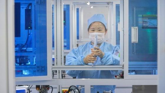 """Coronavirus, studio in Cina: """"Nell'aria per 30 minuti, distanza di sicurezza 4,5 metri"""""""