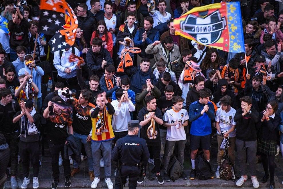 Champions, Valencia-Atalanta a porte chiuse ma tanti tifosi fuori dallo stadio