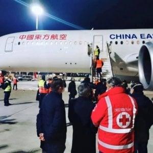 Coronavirus, a Fiumicino un aereo con aiuti della Croce Rossa cinese: ventilatori, elettrocardiografi, mascherine