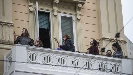 Coronavirus, l'Italia sul balcone: canzoni contro la paura