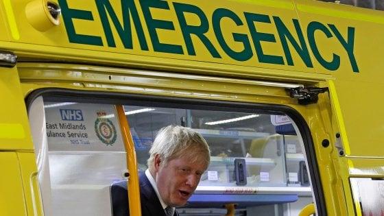 Coronavirus, il governo Johnson passa alla fase due: ultra 70enni del Regno Unito in quarantena. E la regina lascia Buckingham Palace