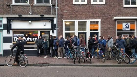 Coronavirus, in Olanda tutti in fila per comprare cannabis ai coffee shop. Decisa la chiusura fino al 6 aprile