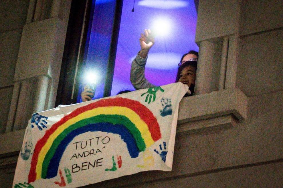 Coronavirus, alle 21 l'Italia si illumina: nuovo flashmob dalle finestre