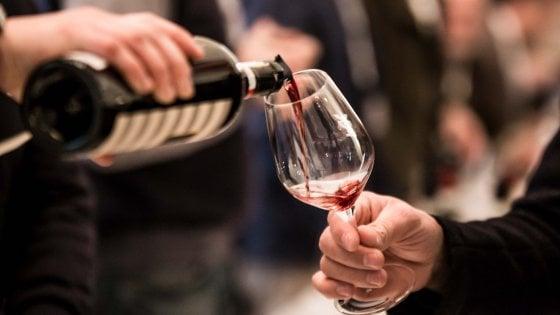 """I medici contro Assoenologi: """"Irresponsabile dire che il vino disinfetta contro il virus"""""""