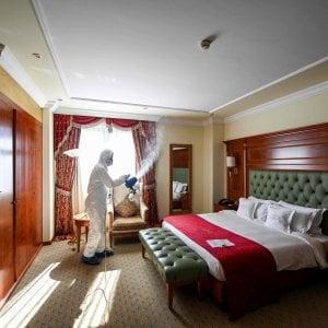 """Coronavirus, i diritti dei clienti degli hotel. Le associazioni: """"Venite incontro agli albergatori"""""""