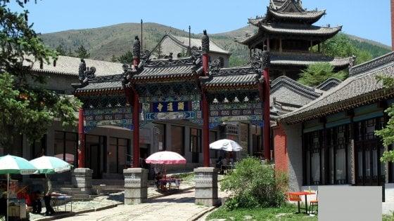 Cina, scoppia incendio sul monte Wutai: a rischio 50 templi sacri ai buddisti. Sul posto 1.500 pompieri
