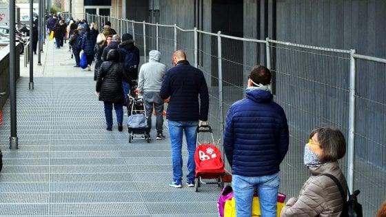 """Orario supermercati, il governo chiarisce: """"Alimentari aperti nel weekend"""". Ma le Regioni si dividono"""