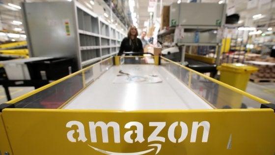 """Coronavirus, Amazon limita gli ordini: """"Solo beni di massima priorità"""""""