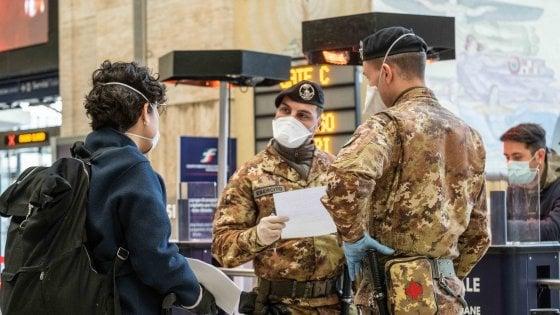 Coronavirus, stop totale agli spostamenti dal Comune in cui ci si trova. Viaggiatori diretti al Sud bloccati in stazione a Milano