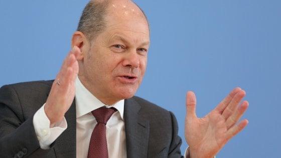 Olaf Scholz, ministro delle Finanze tedesco, annuncia l'extra budget stanziato da Berlino per il coronavirus