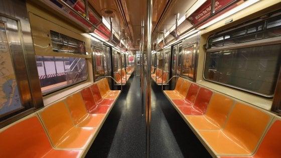 Un vagone vuoto sulla metropolitana di New York