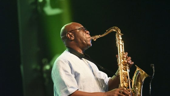 "Manu Dibango morto per coronavirus: addio ""Papy Groove"", leggenda dell'afro-jazz"