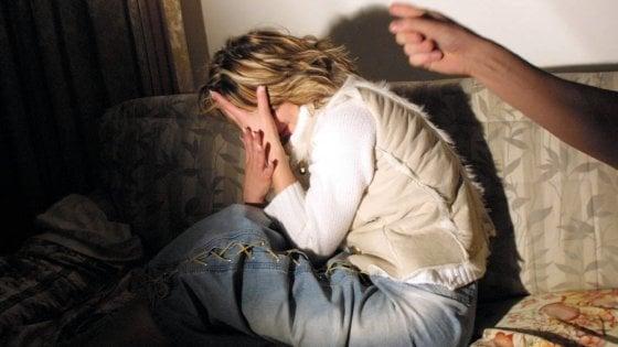 """Coronavirus, campagna del governo contro la violenza domestica: """"Fermiamo l'emergenza nell'emergenza"""""""