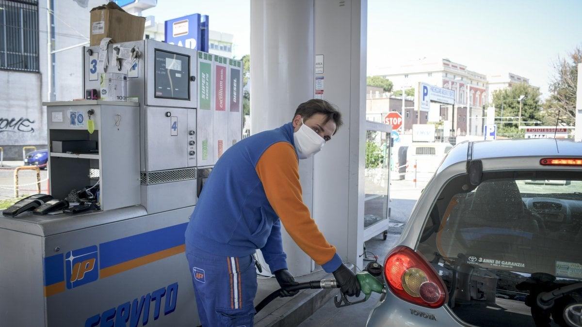 """Coronavirus, i benzinai: """"Dimenticati, da domani chiusi distributori in autostrada"""""""