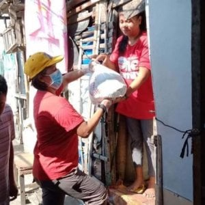 Filippine, In una Manila completamente isolata, la Caritas aiuta i poveri a combattere fame e paura