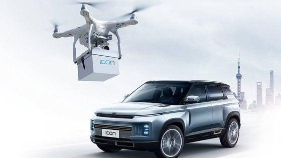"""Consegne auto """"contactless"""": la Geely spedisce le chiavi dell'auto nuova con il drone"""