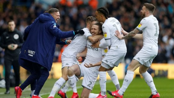 Leeds, Bielsa e giocatori rinunciano agli stipendi: ''Pagate prima i dipendenti''