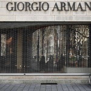 Coronavirus, Armani converte la produzione in Italia: farà camici monouso