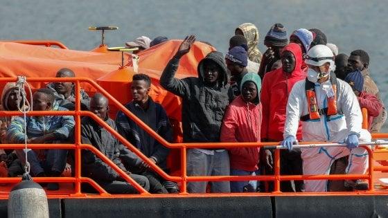 Migranti, l'Europa torna in campo con Irini: la missione che garantirà l'embargo di armi alla Libia
