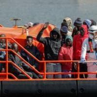 Migranti, l'Europa torna in campo con Irini: la missione che garantirà l'embargo di armi...