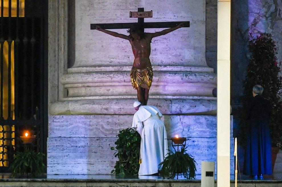 Coronavirus, la preghiera di papa Francesco in una piazza San Pietro deserta