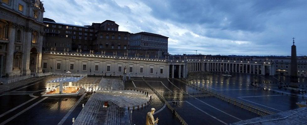 """Papa Francesco prega nella piazza San Pietro vuota: """"Fitte tenebre si sono addensate, scenda la benedizione di Dio"""""""