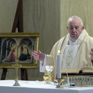 """Coronavirus, Papa Francesco: """"La gente ha fame, cominciamo a vedere il dopo"""""""