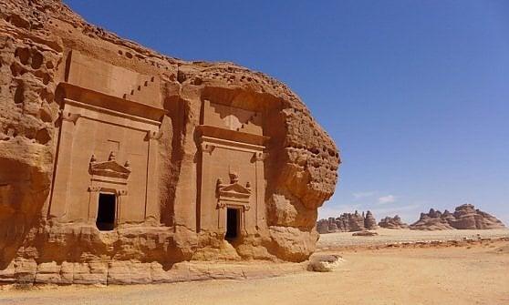 Arabia, l'edificio a specchio più grande del mondo per svelare la città-gemella di Petra