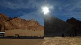 Arabia, l'edificio a specchio più grande: riflette la città-gemella di Petra per svelarla al mondo