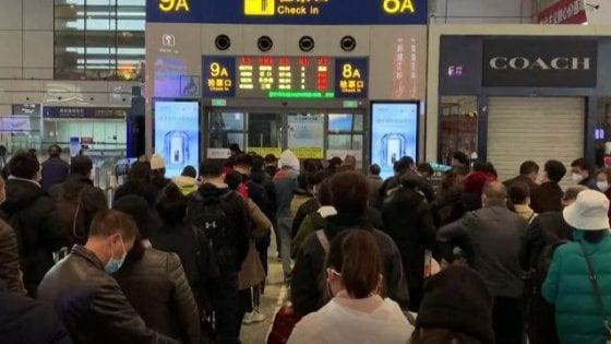 Coronavirus, in Cina rientra il primo treno a Wuhan. Ancora 54 contagi, ma arrivano da fuori