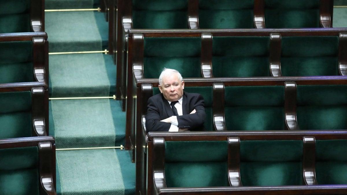 Polonia, Kaczynski cambia la legge elettorale: possibile voto per corrispondenza dei cittadini in quarantena