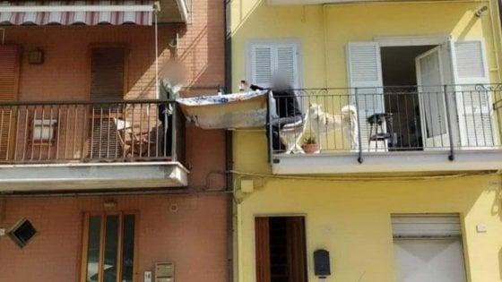 Coronavirus, pranzo tra balconi a Porto San Giorgio. La foto