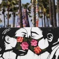 Il coronavirus sui muri di tutto il mondo: la versione degli street artist