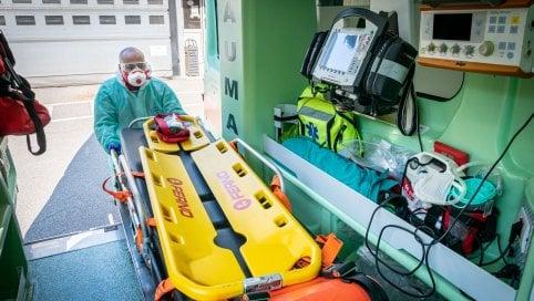 Positiva al virus affitta ambulanza e da Bergamo va in ospedale a Siena con la sorella: denunciate dal Policlinico della città toscana