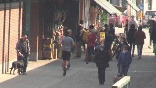 Milano, troppe persone in strada in zona Darsena e Navigli