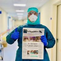 La foto dell'infermiere di Crema con la prima pagina di Repubblica
