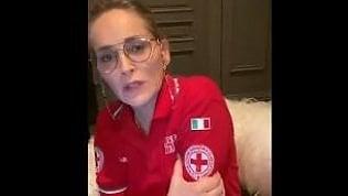 Il messaggio di Sharon Stone con la maglia della Croce Rossa Italiana