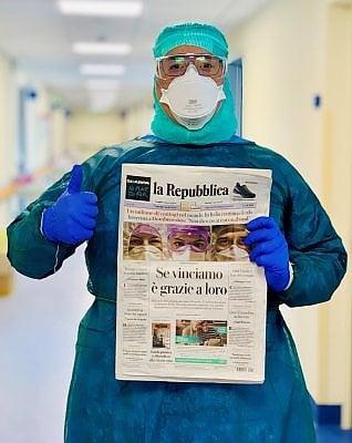 L'infermiere di Crema con la prima pagina di Repubblica