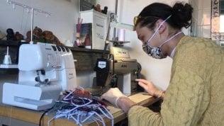 Lo studente di moda italiano che regala mascherine 'pitonate'