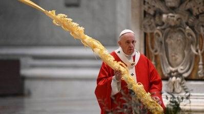 """Il Papa celebra la Domenica delle Palme nella basilica deserta. Ai giovani: """"Guardate ai veri eroi di questi giorni, non alla fama"""""""