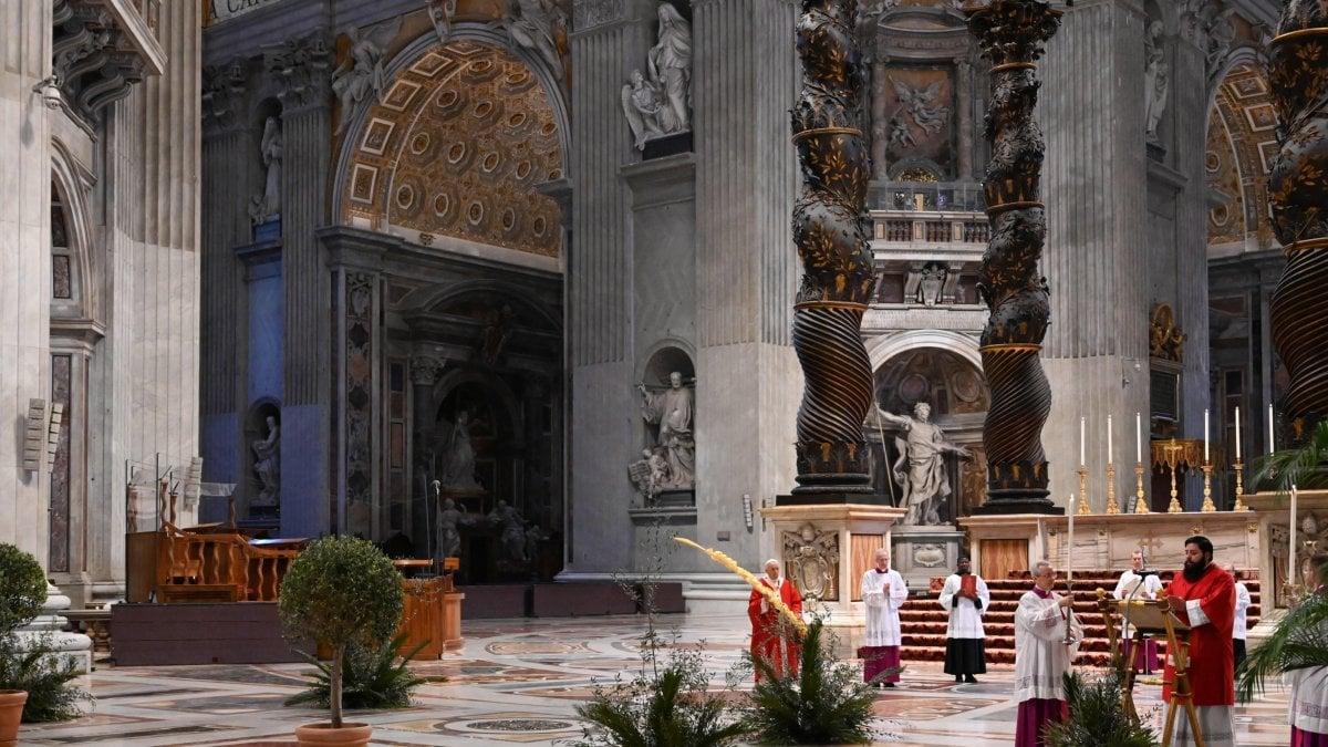 Coronavirus, il Papa celebra la Domenica delle Palme nella basilica deserta